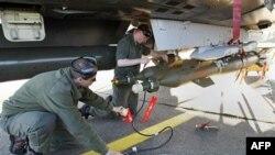 Pripadnici francuskih oružanih snaga pripremaju lovački avion tipa Miraž 2000 za misiju u Libiji