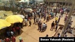 Watu wakiandamana katika mitaa ya Kaduna kulaani utekaji nyara mwengine wa watu 16, katika eneo la halmashauri la Kaduna, Nigeria, Julai 8, 2021. (Foto: REUTERS/Bosan Yakusak)