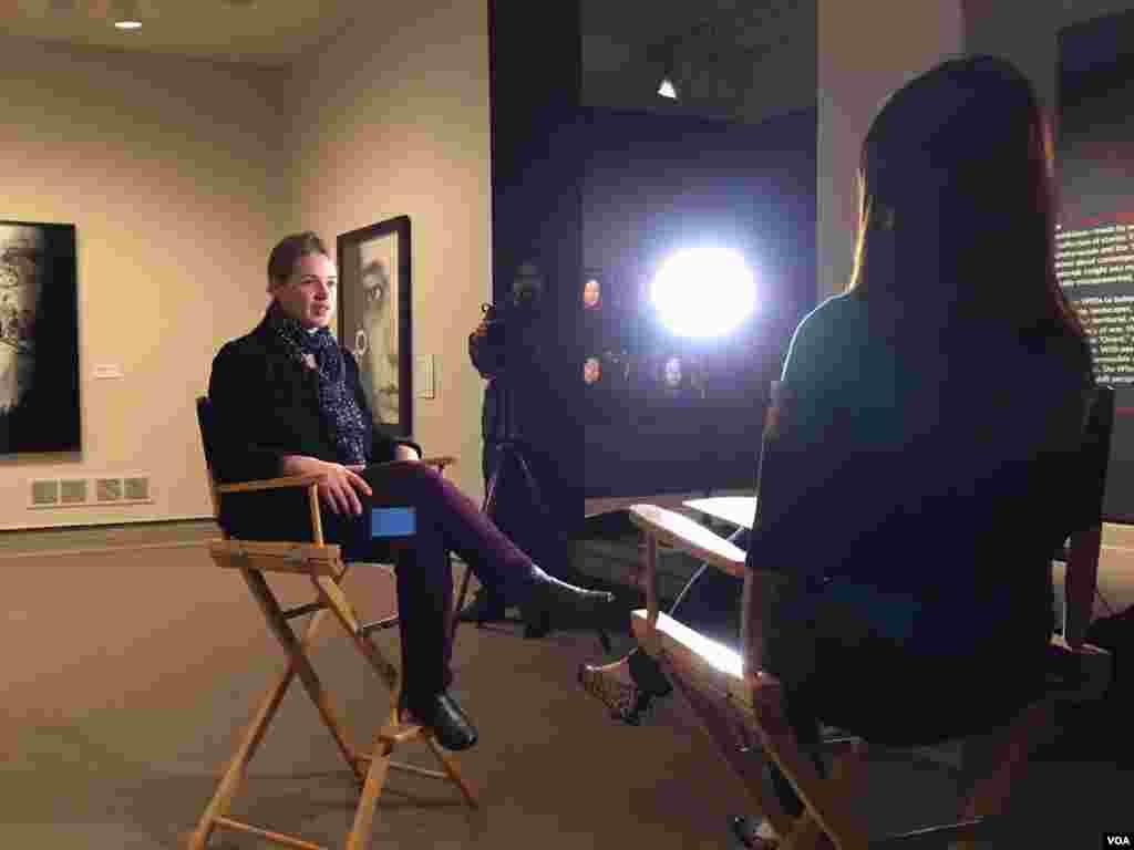 مصاحبه ماندانا با کریستن گرش، متصدی نمایشگاه که پیشتر در سه موزه از جمله موزه هنر بوستون.