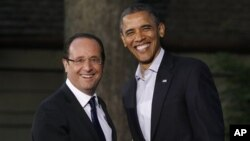 Presiden AS Barack Obama (kanan) dan Presiden Perancis Francois Hollande saat KTT G-8 di Camp David, Maryland, AS tahun 2012 (foto: dok).