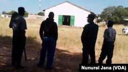 Amapholisa avimbe intathelizindaba ukuba zingene lapho obekuthoniswa icala eletheswa uNkosikazi Grace Mugabe eMurombedzi.
