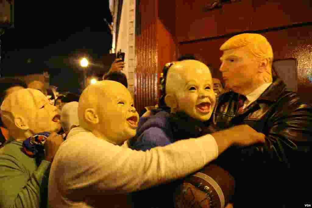 شب هالووین در واشنگتن دی سی، پایتخت آمریکا این آقا خودش را به شکل ترامپ در آورده بود. چند نفر با لباس کودک، تا او را دیدند، خود را به آغوش او انداختند.