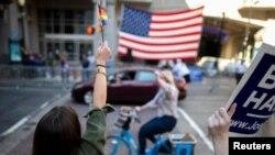 費城總統當選人拜登的支持者歡呼勝利
