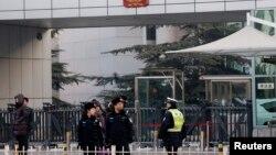Polisi berjaga-jaga di depan gedung pengadilan di Beijing tempat persidangan aktivis HAM China, Xu Zhiyong pada 22 Januari 2014.