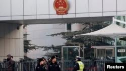 지난 1월 베이징 법원에서 쉬즈융에 대한 판결이 진행되는 가운데 경찰들이 법원 앞에서 근무를 서고 있다. (자료사진)