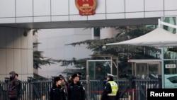 許志永日前被審時北京法院外當局加強戒備(資料圖片)