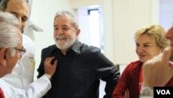 Mantan Presiden Brazil Luiz Inacio Lula da Silva sebelum kemoterapinya di RS Kanker Sirio-Libanes, Sao Paolo (31/10).