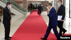 Thủ tướng Malaysia Muhyiddin Yassin chào Tổng thư ký ASEAN Lim Jock Hoi tại một hội nghị của khối ở Indonesia vào ngày 24/4/2021.