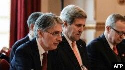 Philip Hammond (à g.) et John Kerry ont discuté de la crise en Ukraine samedi à Londres (AFP)