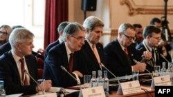İngiltere ve ABD dışişleri bakanları (soldan ikinci ve üçüncü) Londra'daki IŞİD karşıtı koalisyon toplantısını açarken.