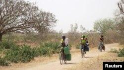 Les femmes transporte des bidons d'eau sur des vélos dans le village de Bagare, dans la province de Passore, Burkina Faso, 30 mars 2016.