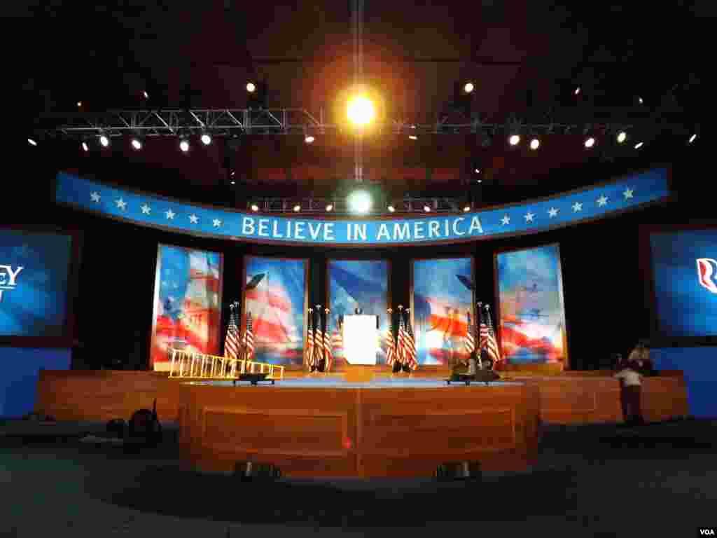 De este podio, en Boston, anunciaría su victoria Mitt Romney si es electo presidente de Estados Unidos. Foto: Alberto Pimienta, VOA.