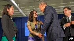Presiden AS Barack Obama berterima kasih kepada Crystal Oertle dari Shelby, Ohio, yang berbagi kisah pemulihannya dari kecanduan narkoba dalam sebuah konferensi di Atlanta (29/3). (AP/Jacquelyn Martin)