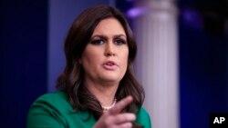 새라 샌더스 백악관 대변인이 16일 정례브리핑을 하고 있다.