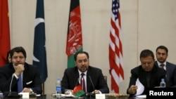 Menlu Afghanistan Salahuddin Rabbani (tengah) memberikan keterangan dalam pertemuan sehari dengan delegasi Pakistan, AS dan China di Kabul (18/1).