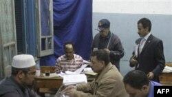 Идет подсчет голосов на референдуме по вопросу о конституционных реформах. Каир. Египет. 19 марта 2011 года