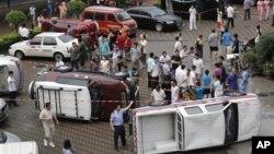 抗议人士掀翻了数辆日本牌子的汽车