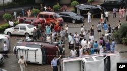 8月19日在深圳发生的反日示威中,抗议人士掀翻了数辆日本牌子的汽车