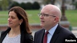 美国国务院负责欧洲与欧亚事务的代理助理国务卿里克(Philip Reeker,右)10月26日抵达国会,出席众议院三个委员会举行的弹劾闭门听证。