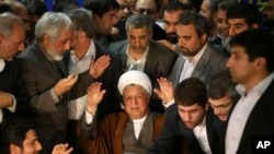 Bivši iranski predsednik Akbar Hašemi Rafsanđani maše novinarima posle podnošenja kandidature za predsedničke izbore koja mu je kasnije odbačena