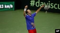 Radek Stepanek merayakan kemenangan atas Nicolas Almagro dalam nomor tunggal final Piala Davis (18/11). Kemenangan Stepanek memastikan Republik Ceko menjuarai Piala Davis.