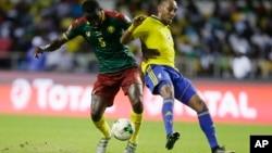 Ngadue Ngadjui Michael, du Cameroun, à gauche, en duel avec Pierre Emerick Aubameyang, du Gabon, lors du match de la Coupe d'Afrique des Nations entre le Gabon et le Cameroun au Stade de l'Amitié, à Libreville, Gabon, 22 janvier 2017.