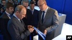 Putin revisa las medallas olímpicas, pero las preocupaciones están en las obras en construcción.