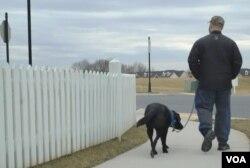 마이클 캐러스킬로 씨가 보조견 오하이와 함게 걷고 있다.
