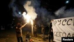 Kremlin karşıtı bir grup, Rusya'nın Kiev Büyükelçiliği'ne havai fişekle saldırdı