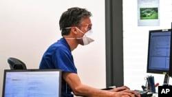 На фото: лікар у Німеччині перед комп'ютером