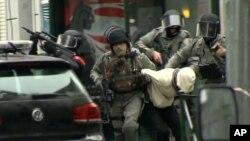Polisi menggelandang Salah Abdeslama terduga utama serangan Paris ke mobil polisi. Molenbeek, Brussel, Belgia