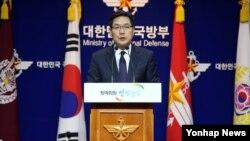 김민석 국방부 대변인이 12일 서울 용산구 국방부 브리핑실에서 북한의 잠수함 발사 탄도미사일(SLBM) 개발 관련 모의탄도탄 사출 시험에 대한 기자들의 질문에 답하고 있다.