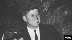 Претседателот Кенеди во Гласот на Америка во 1962 година.