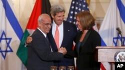 지난달 30일 미국 워싱턴에서 열린 중동 평화회담 예비회담에서, 존 케리 미 국무장관(가운데)이 지켜보는 가운데 이스라엘의 치피 리브니 대표(오른쪽)와 팔레스타인의 사에브 에라카트 대표가 악수를 나누고 있다.