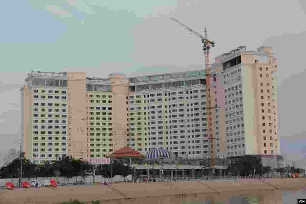 View of Sokha Hotel that built near the Chaktumuk River view, September 27, 2014. (Nov Povleakhena/VOA Khmer)