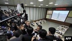 Šef kontrolnog centra Pik Čeng Ho razgovara sa brojnim inostranim novinarima