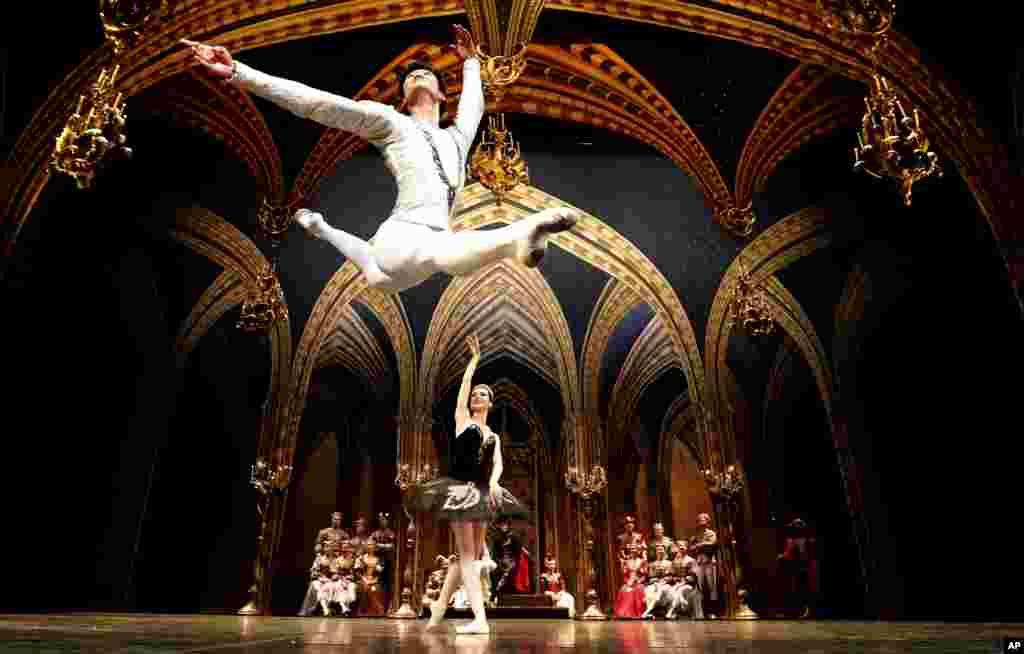 اجرای رقص باله دریاچه قو توسط رقصندگان سنت پترزبورگ در سالن تئاتر لندن