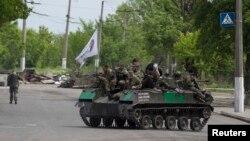 亲俄罗斯的部队乘坐装甲车行驶在东乌克兰的斯拉维扬斯克