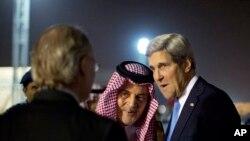沙特阿拉伯外交大臣费萨尔亲王在机场迎接到访的美国国务卿克里。(2013年11月3日)