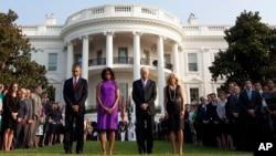 El presidente Barack Obama, la primera dama Michelle Obama, el vicepresidente Joe Biden y su esposa Jill Biden guardan un minuto de silencio en la Casa Blanca.
