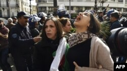 Warga Aljazair melakukan unjuk rasa menuntut Presiden Abdelaziz Bouteflika, yang telah berkuasa sejak April 1999, agar meletakkan jabatan.