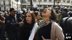 Des manifestants algériens scandent des slogans alors qu'ils manifestent dans la capitale, Alger, contre la candidature de leur président à un cinquième mandat, le 24 février 2019.