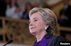Bà Hillary Clinton phát biểu trước nhân viên và người ủng hộ khi bà thừa nhận thất cử tại một khách sạn ở Quận Manhattan của Thành phố New York, ngày 9 tháng 11, 2016.
