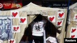 Палатка сторонников оппозиции возле фан-зоны в центре Киева