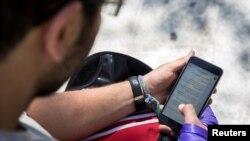 Seorang pria menggunakan ponselnya di Teheran (foto: dok). Selama bertahun-tahun, Samsung dan LG menjadi penyedia peralatan rumah tangga dan ponsel di Iran.