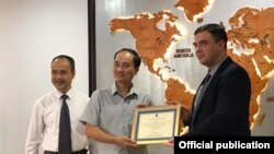 Việt Nam trao tặng 100,000 khẩu trang y tế cho Đại sứ quán Israel tại Việt Nam (Photo: VOV)