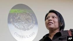 Di dân bất hợp pháp Divina Ciriaco từ Mexico trả lời phỏng vấn tại Lãnh sự quán Mexico, ngày 3/3/17.