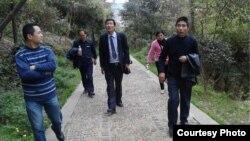 浙江民主人士在杭州上城区国保(右前便衣者)监护下前往蒋母墓。(魏桢凌提供)