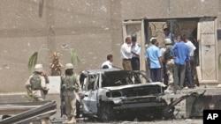2003年8月7日,伊拉克首都巴格达约旦使馆遭炸弹袭击后,美国军队正在视察使馆大门附近的一辆被毁汽车,这是星期六(2017年3月4日)被处死的10名男子所犯罪行之一。