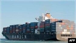 """Kontejneri sa robom na kineskom teretnom brodu """"Handžin"""" u luci u Majamiju, 10. oktobar 2011."""